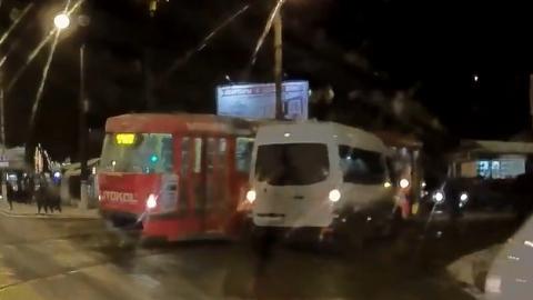 После столкновения маршрутки и трамвая в больницу попал пассажир