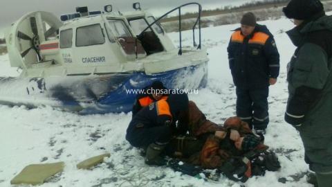 Под Саратовом спасатели эвакуировали со льда травмированного рыбака