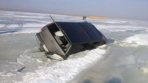 В Усть-Курдюме легковушка провалилась под лед на Волге