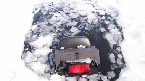 На дне реки обнаружили снегоход пропавшего мужчины