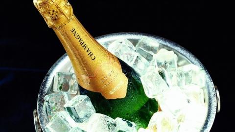Служащих администрации Фрунзенского района задержали завзятку шампанским