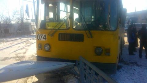 ВАстрахани троллейбус врезался вавтосалон