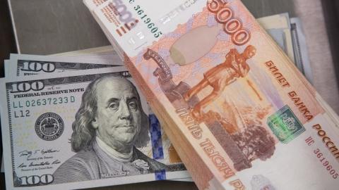 Рубль продолжит дешеветь по отношению к доллару