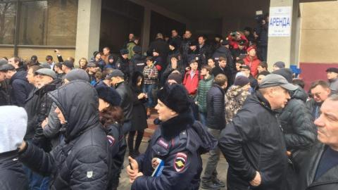 Сторонников Навального в Саратове пришлось защищать сотрудникам полиции