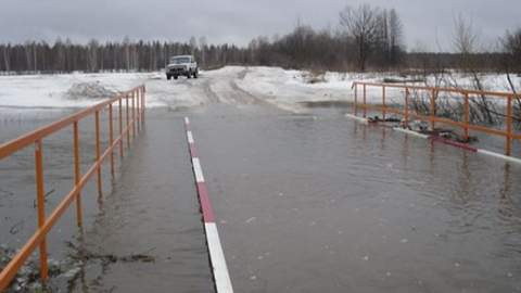 ВСаратовской области под воду ушел автомобильный мост