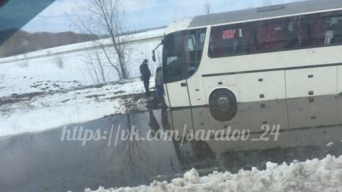 На трассе Саратов-Воронеж автобус вылетел в кювет и застрял в луже