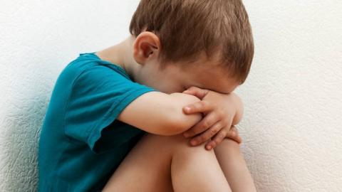 Мужчина напал на ребенка  водворе заброшенного дома