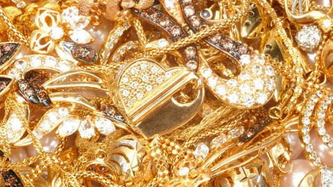 Безработный мужчина похитил и заложил золото супруги