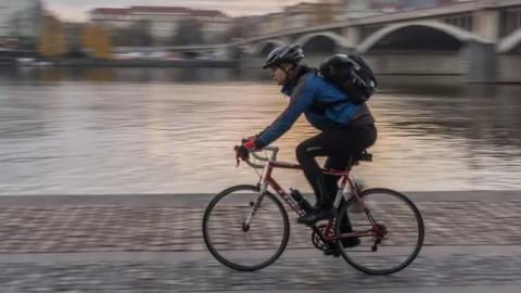 Велосипедист врезался в троллейбус на перекрестке