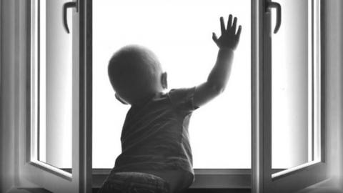 Ребенок выпал из окна третьего этажа в Солнечном