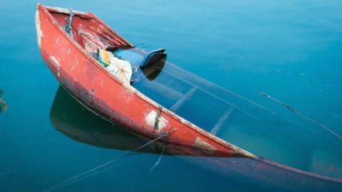 Лодка с рыбаками перевернулась под мостом в Энгельсе