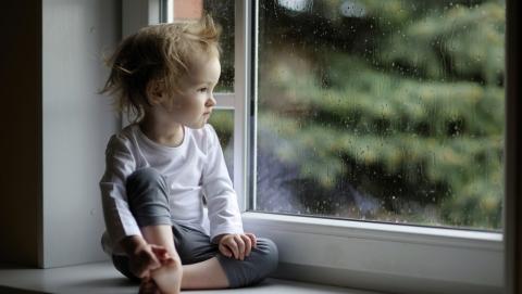 В Энгельсе трехлетняя девочка выпала из окна второго этажа