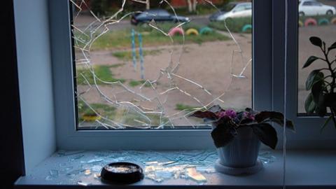 Женщина разбила окно всвоём доме, чтобы обвинить мужчину впроникновении
