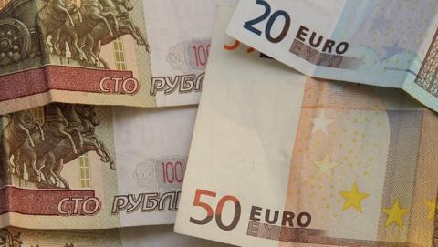 Российский рубль подешевел по сравнению с долларом и евро