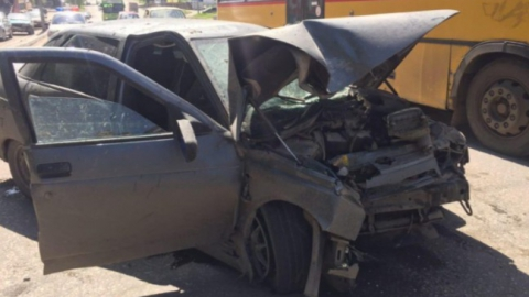 """В Саратове пассажира """"десятки"""" выбросило из машины после наезда на световую опору"""