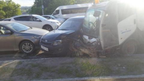 На Танкистов уборочная машина протаранила пять автомобилей