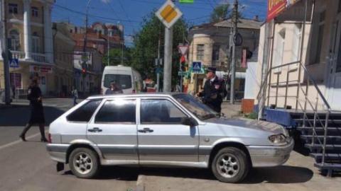 Неуправляемый автомобиль наехал на владельца