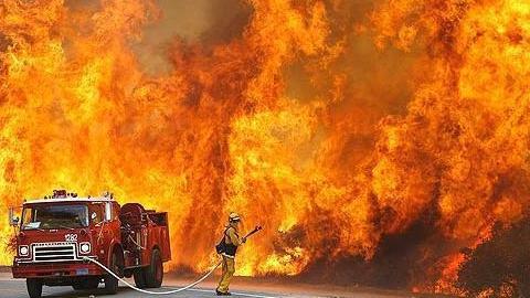 ВСаратове эвакуировали жильцов из-за пожара вобщем коридоре