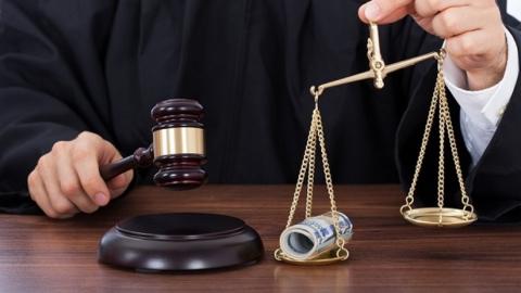 С судьей расплатились ненастоящими пятью миллионами за освобождение мошенника
