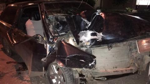 """В Саратове """"восьмерка"""" с тремя пассажирами врезалась в авто и световую опору"""