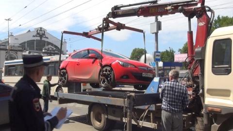 Полицейские эвакуировали автомобили с парковки для инвалидов на Чапаева
