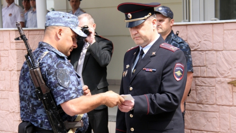 В Саратове вернувшимся из длительной командировки полицейским вручили награды