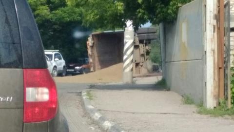 На Кумысной поляне перевернулся грузовик с песком