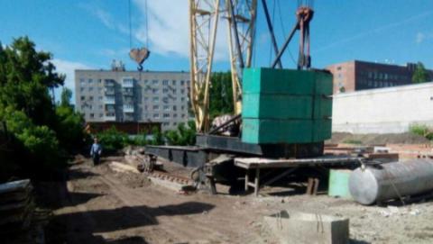 В Саратове на строительной площадке кран сошел с рельсов