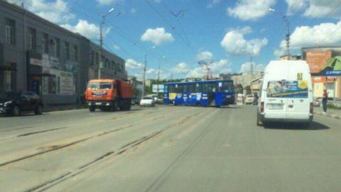На Танкистов образовалась пробка из-за сошедшего с рельсов трамвая