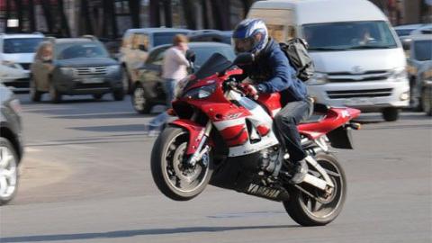 В Саратове мотоциклист сбил девушку и скрылся с места ДТП