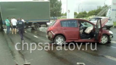 Две женщины пострадали в массовом ДТП с грузовиком в Саратове