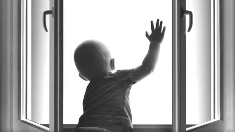 В Энгельсе на мать выпавшей из окна девочки возбудили дело