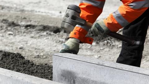 На проспекте Строителей установят новый бордюр