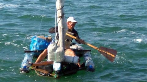 Саратовец отправился в Крым на плоту из пластиковых бутылок