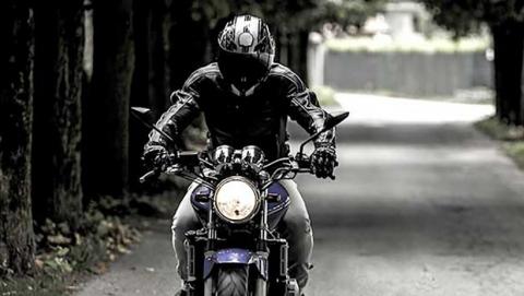 """В Саратове пожилой мотоциклист пострадал при столкновении с """"Приорой"""""""