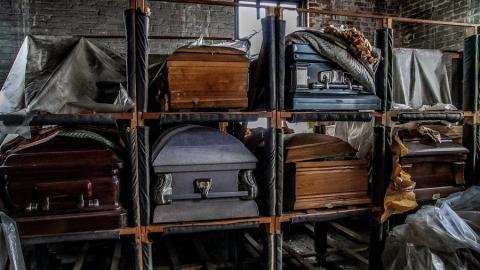 Приставы арестовали кресты и гроб похоронного агентства