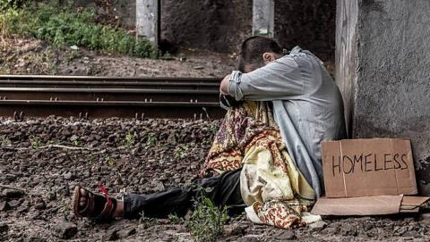 В Балаково бездомная похитила у собутыльника 75 тысяч рублей