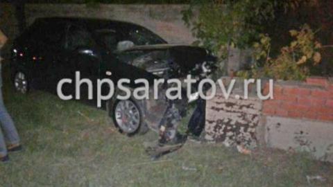 В Саратове водитель иномарки врезался в бетонное ограждение