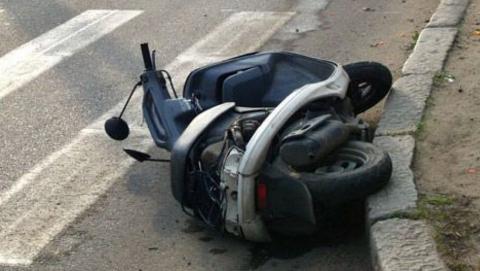 В Саратове водитель скутера врезался в световую опору