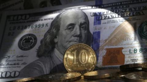 Российский рубль подешевел на 72 копейки по сравнению с долларом