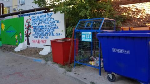 Силами несовершеннолетних и социально-ориентированного бизнеса благоустраивают двор Октябрьского района