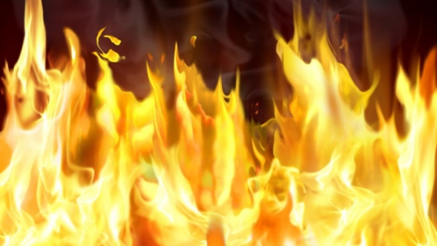 В Саратове тушили загоревшуюся после ДТП машину