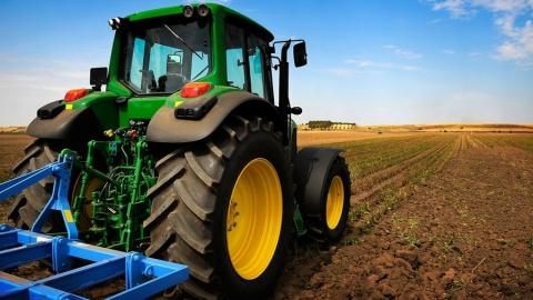 В смерти работника под трактором обвиняют фермера