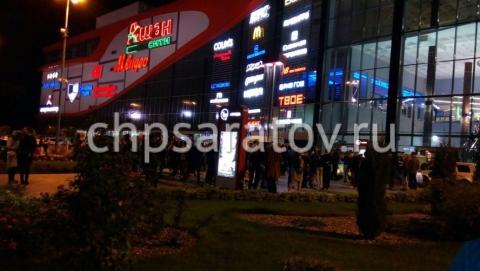 Из крупных ТЦ Саратова эвакуировали посетителей из-за телефонных звонков