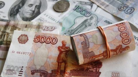 Российский рубль дешевеет перед заседанием Центробанка