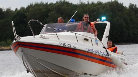 Спасатели помогли застрявшим на Волге рыбакам добраться до берега