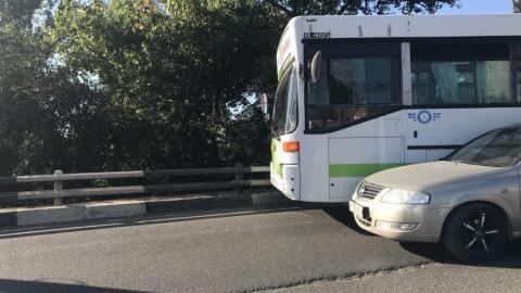 В Заводском районе образовалась пробка из-за столкновения автобуса и легковушки