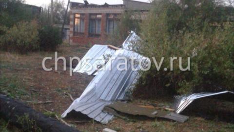 В трех районах Саратовской области сильный ветер снес крыши домов и школ