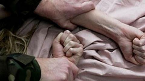 В Саратове мужчина изнасиловал гостью вечеринки, пока ее друзья спали