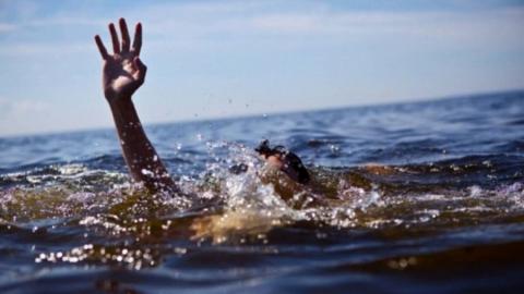 Под Ершовом пожилой рыбак утонул в пруду во время шторма